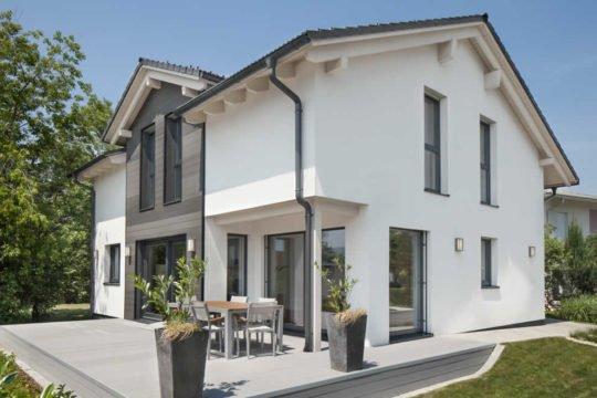 Automatisch gespeicherter Entwurf - Eine Bank vor einem Haus - Haus