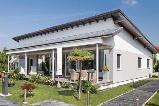 Automatisch gespeicherter Entwurf - Ein großes Backsteingebäude mit Gras vor einem Haus - ELK Fertighaus GmbH