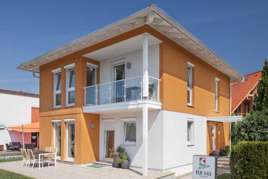 Automatisch gespeicherter Entwurf - Ein großes weißes Gebäude - Haus