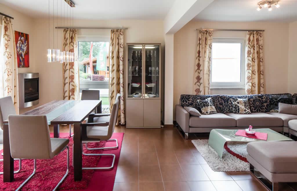 Automatisch gespeicherter Entwurf - Ein großer roter Stuhl im Wohnzimmer - Interior Design Services