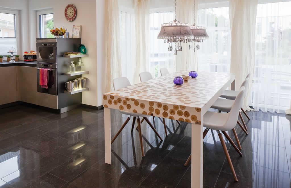 Living 157 - Ein Esstisch vor einem Fenster - ELK Fertighaus GmbH