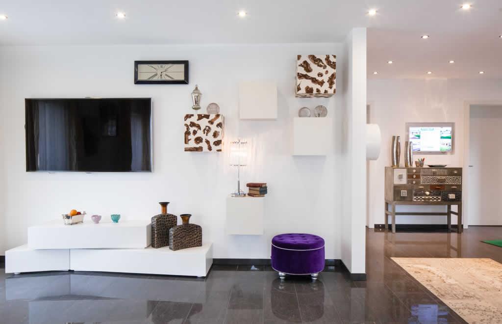 Living 157 - Ein Raum mit Möbeln und einem Tisch - ELK Fertighaus GmbH