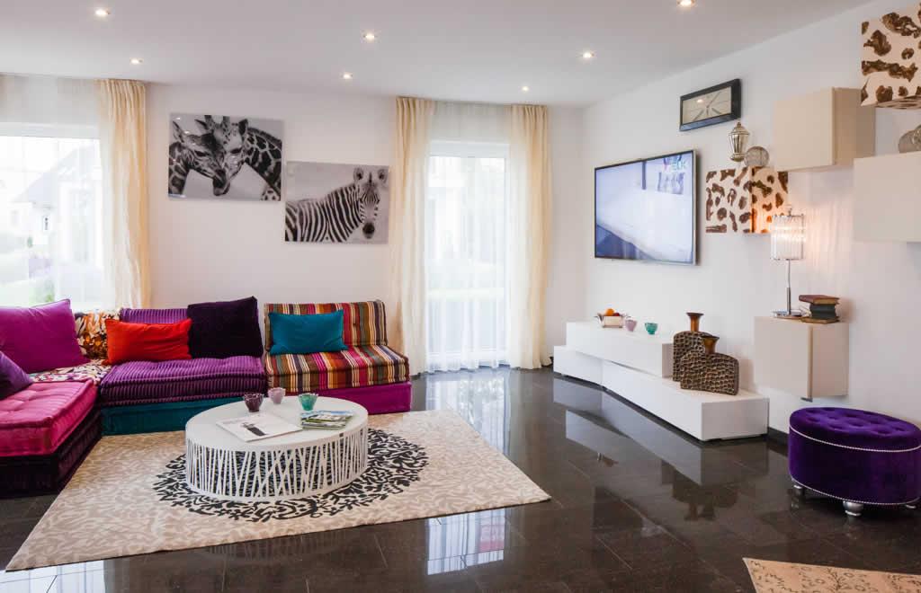 Living 157 - Ein Wohnzimmer mit Möbeln und einem Flachbildfernseher - ELK Fertighaus GmbH