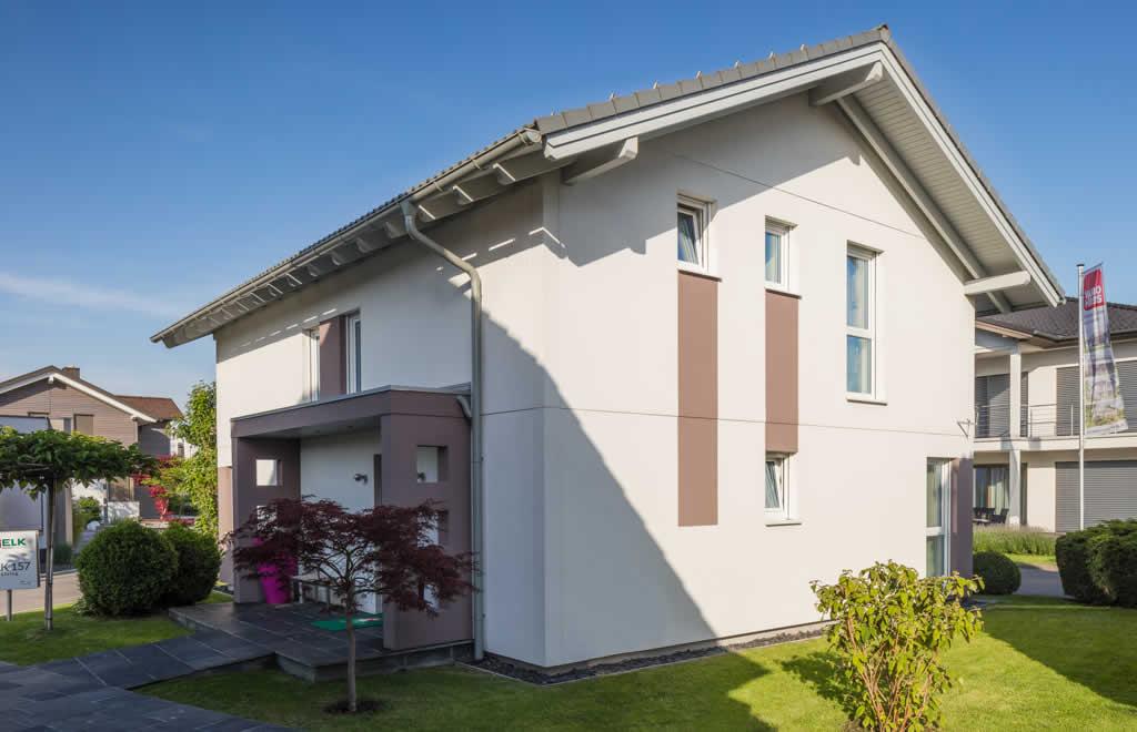 Living 157 - Eine große Wiese vor einem Haus - Haus