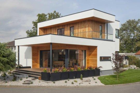 Trend 125 - Ein Haus, das an der Seite eines Gebäudes geparkt ist - Haus