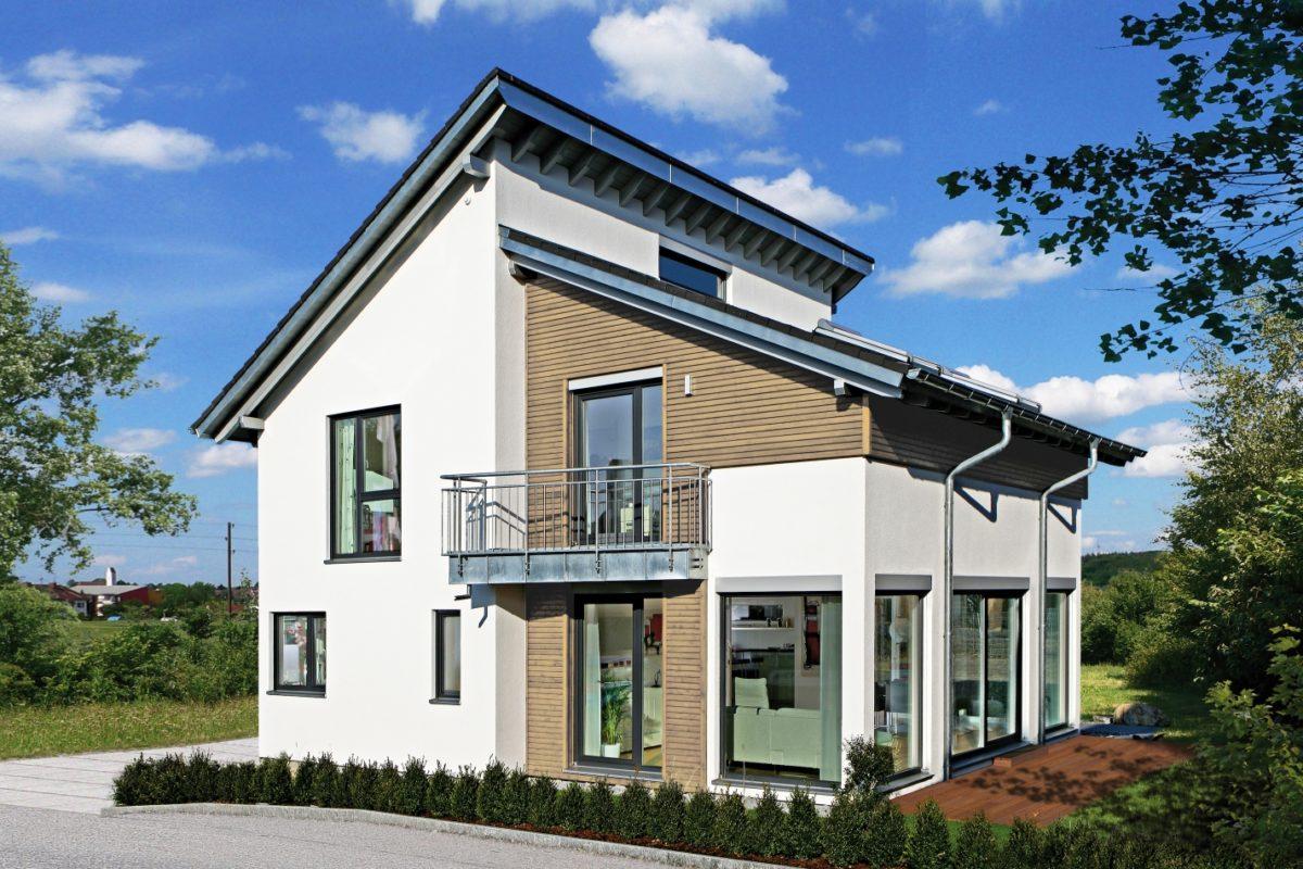 Automatisch gespeicherter Entwurf - Ein großes Backsteingebäude mit Gras vor einem Haus - Fertighaus WEISS GmbH, Musterhaus Villingen-Schwenningen