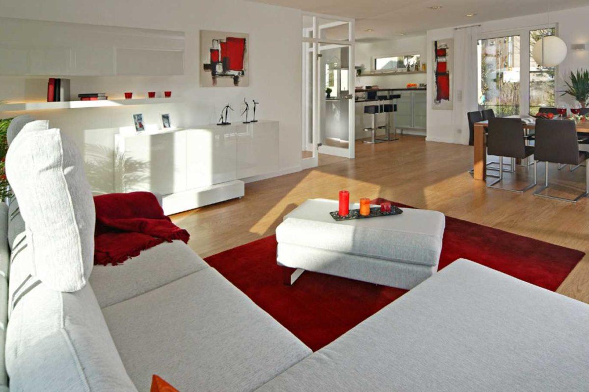 Automatisch gespeicherter Entwurf - Ein Wohnzimmer mit Möbeln und einem Flachbildfernseher - Fertighaus Weiss