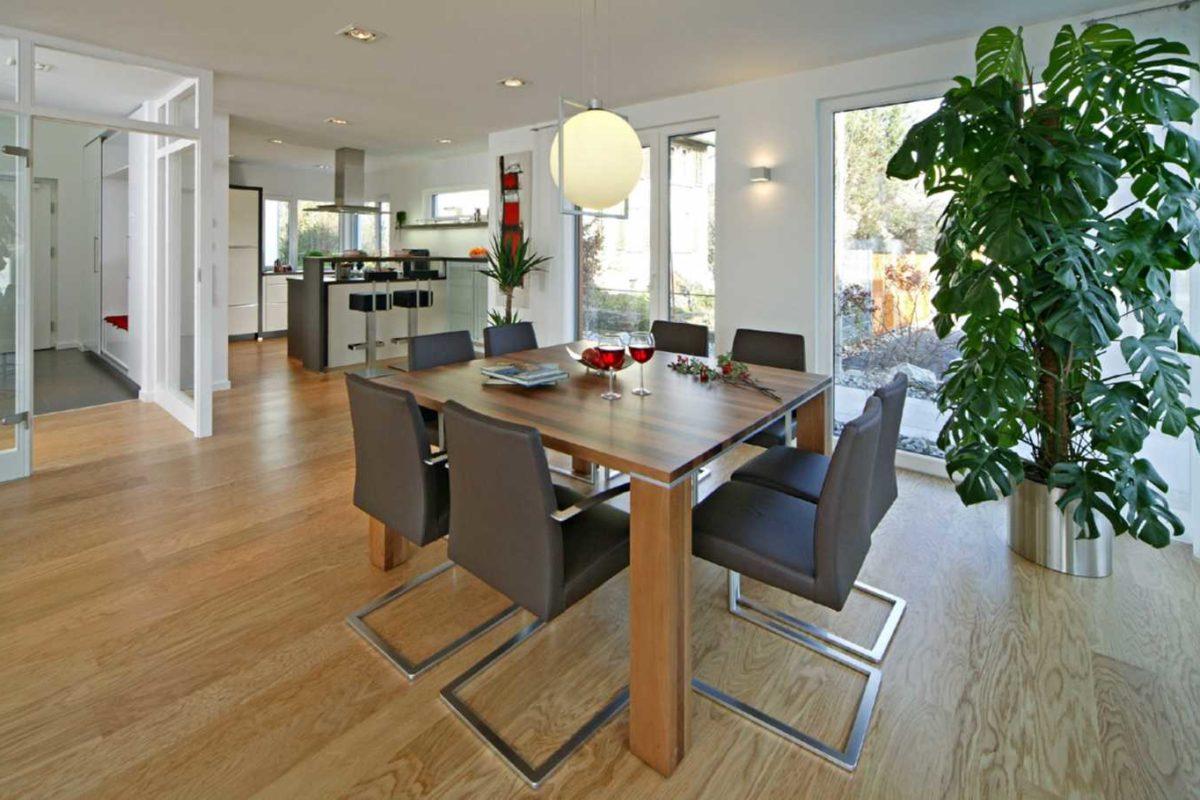 Musterhaus Villingen-Schwenningen - Ein Wohnzimmer mit Möbeln und einem großen Fenster - Fertighaus WEISS GmbH, Musterhaus Villingen-Schwenningen