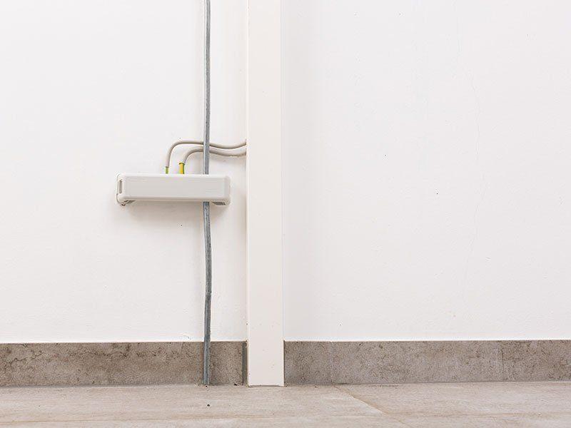 """Preiswürdiger """"TechnoSafe-Keller"""" – Nur so viel Keller, wie man wirklich braucht - Eine Nahaufnahme von einer weißen Wand - Leuchte"""