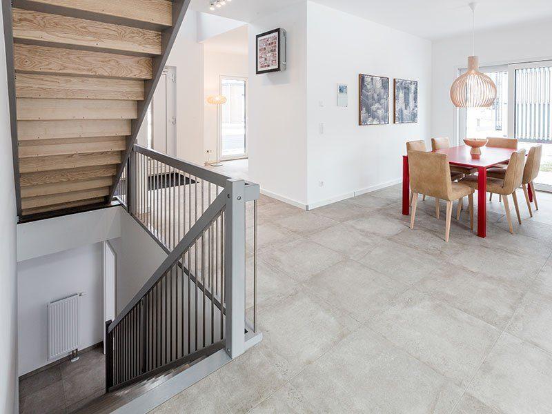 """Preiswürdiger """"TechnoSafe-Keller"""" – Nur so viel Keller, wie man wirklich braucht - Eine Tür in einem Raum - Treppe"""