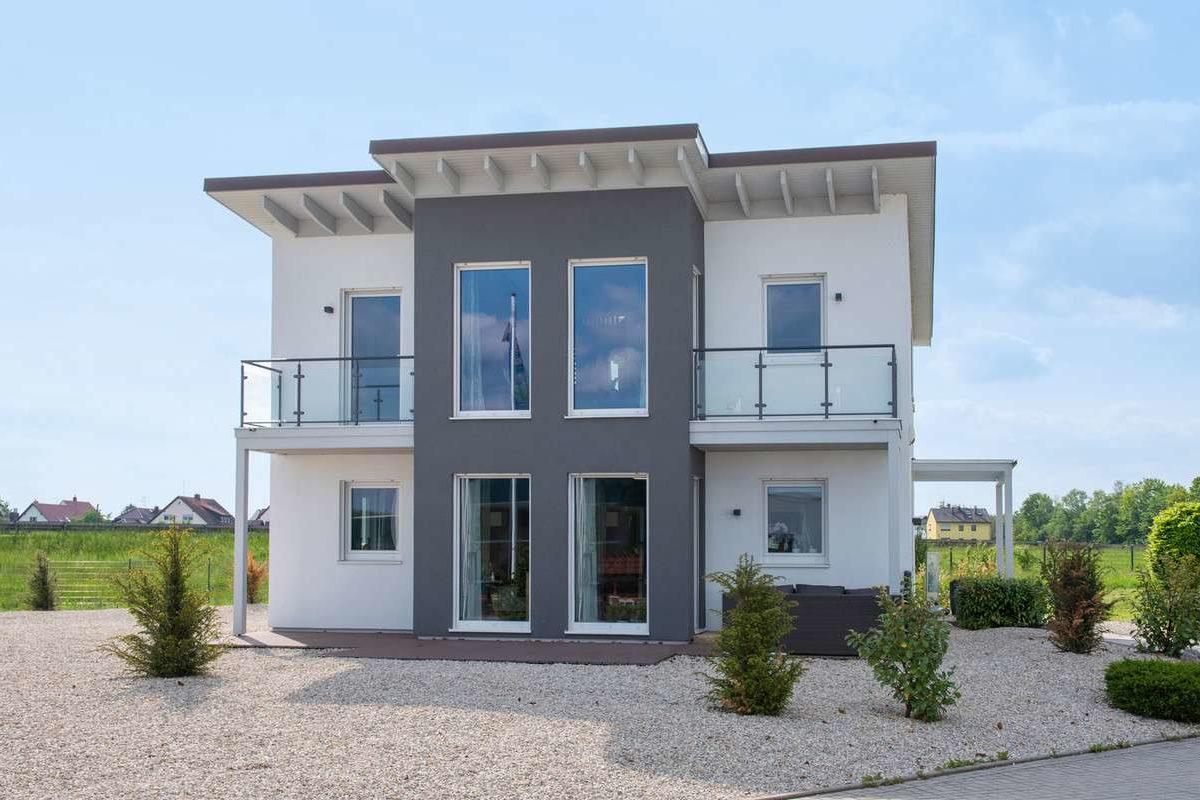 Evolution Nürnberg - Ein großes Backsteingebäude mit Gras vor einem Haus - Haus