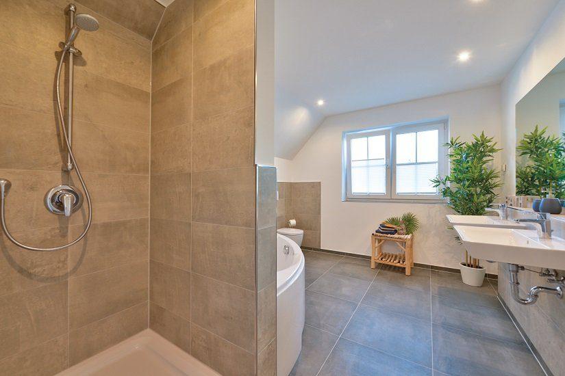 Automatisch gespeicherter Entwurf - Ein zimmer mit waschbecken und dusche - HELMA