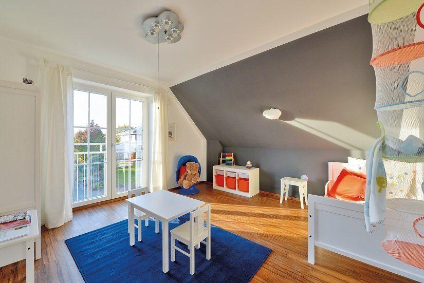 Berlin IV - Ein Wohnzimmer mit Möbeln und einem großen Fenster - HELMA