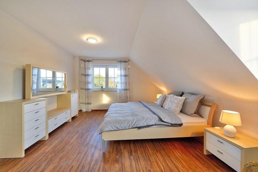 Berlin IV - Ein wohnzimmer mit holzboden - HELMA