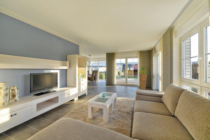 Berlin IV - Ein Wohnzimmer mit Möbeln und einem großen Fenster - Haus zeigen