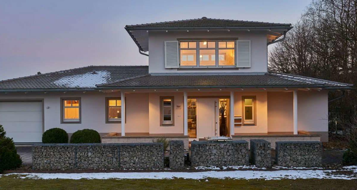 Automatisch gespeicherter Entwurf - Ein Haus vor einem Gebäude - Bungalow