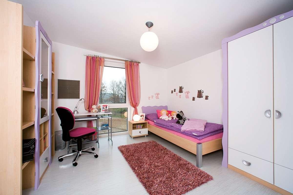Automatisch gespeicherter Entwurf - Ein Wohnzimmer mit Möbeln und einem Flachbildfernseher - Interior Design Services