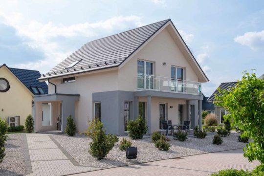 Solution Erlangen - Ein Haus mit Büschen vor einem Backsteingebäude - Haus
