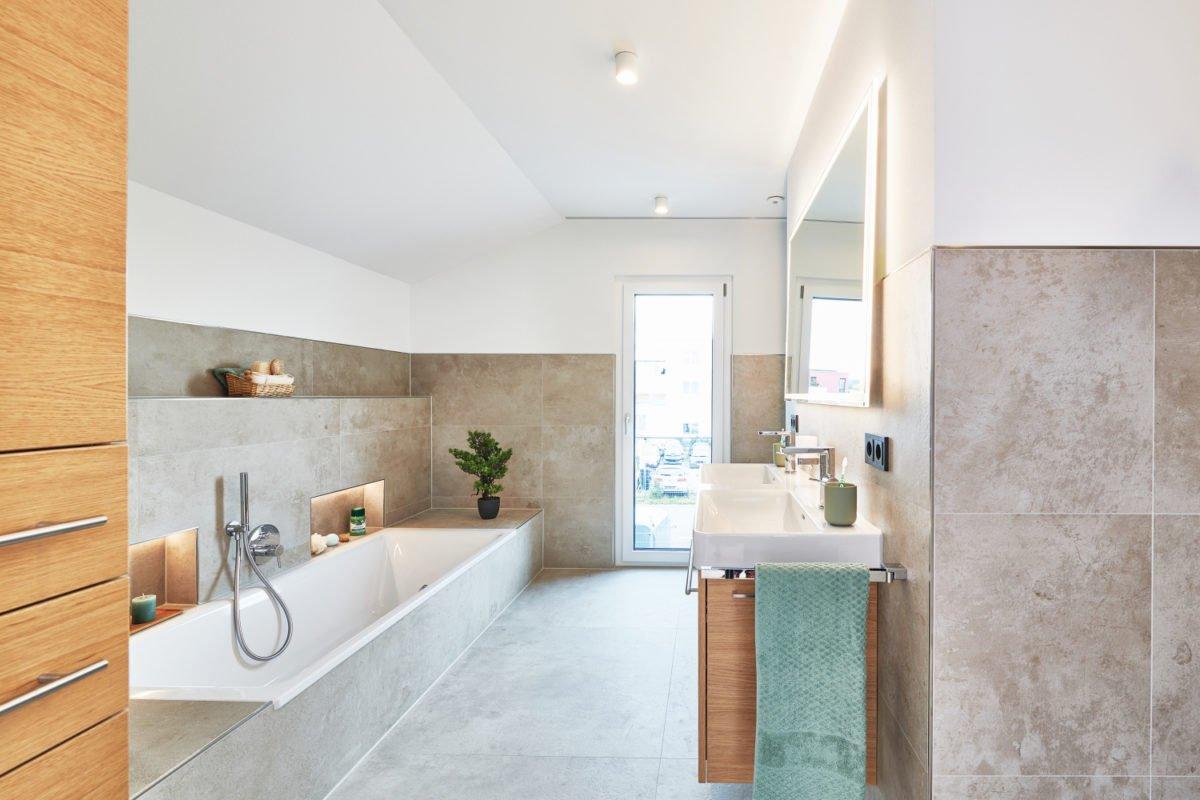 Musterhaus RELAX - Eine küche mit waschbecken und spiegel - Interior Design Services
