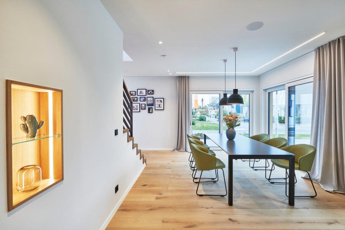 Musterhaus RELAX - Ein Wohnzimmer mit Möbeln und einem großen Fenster - Interior Design Services