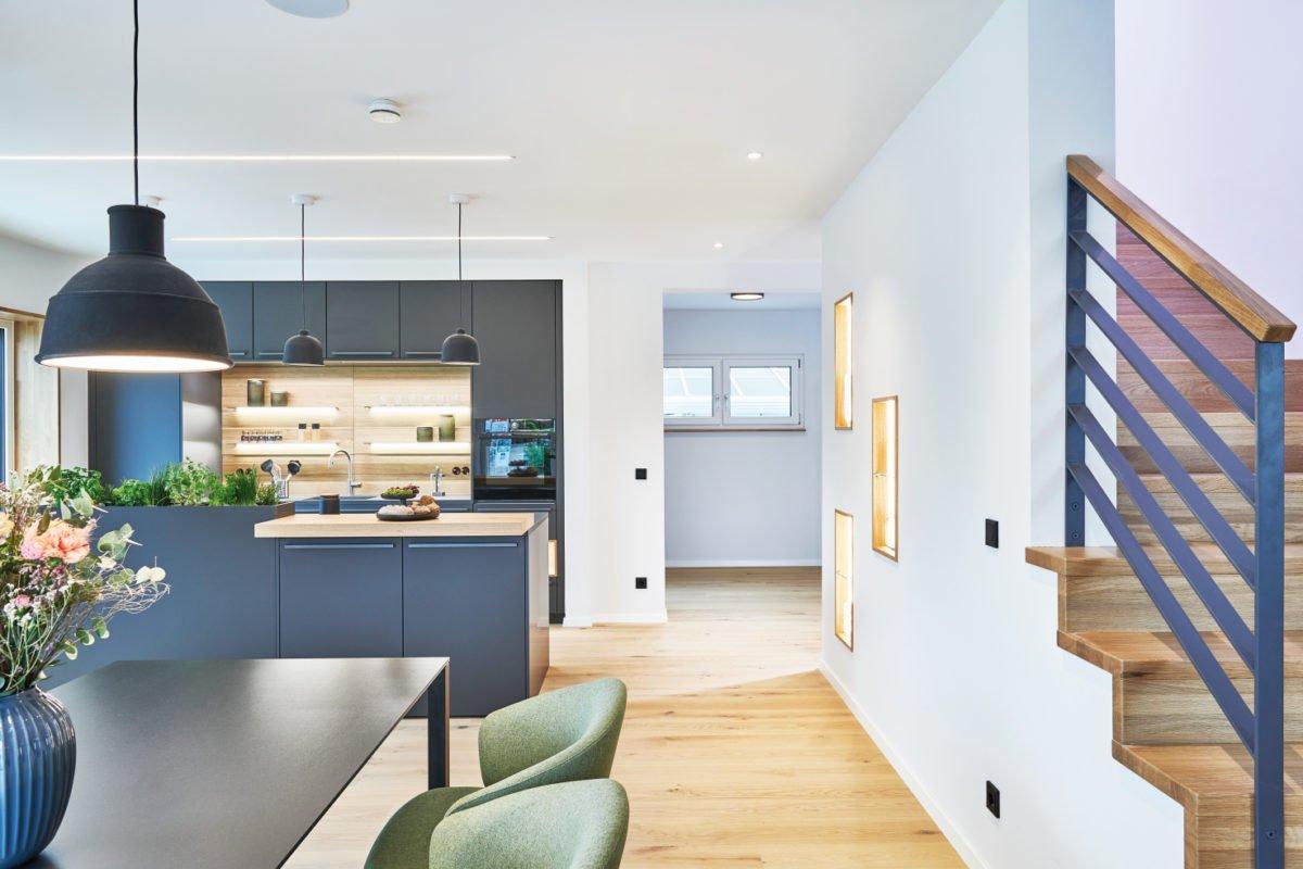 Musterhaus RELAX - Eine Ansicht eines mit Möbeln und einem Tisch gefüllten Wohnzimmers - Interior Design Services