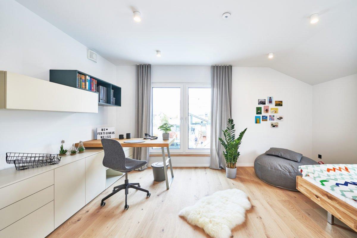 Musterhaus RELAX - Ein Wohnzimmer mit Möbeln und einem Flachbildfernseher - Interior Design Services