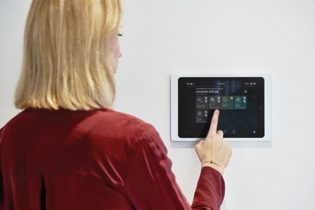 Musterhaus RELAX - Eine Person, die vor einem Fernseher steht - Produktdesign