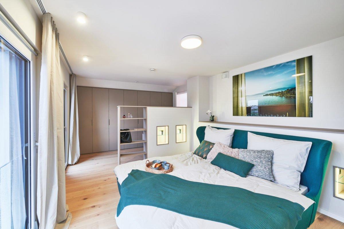 Musterhaus RELAX - Ein Schlafzimmer mit einem Bett in einem Raum - Interior Design Services