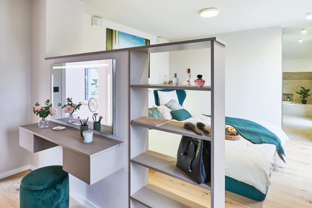 Musterhaus RELAX - Eine küche mit waschbecken und kühlschrank - Interior Design Services