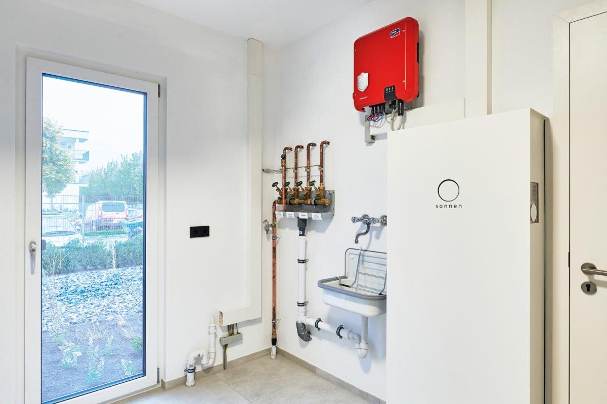 Musterhaus RELAX - Ein weißer Kühlschrank mit Gefrierfach sitzt in einem Raum - Interior Design Services