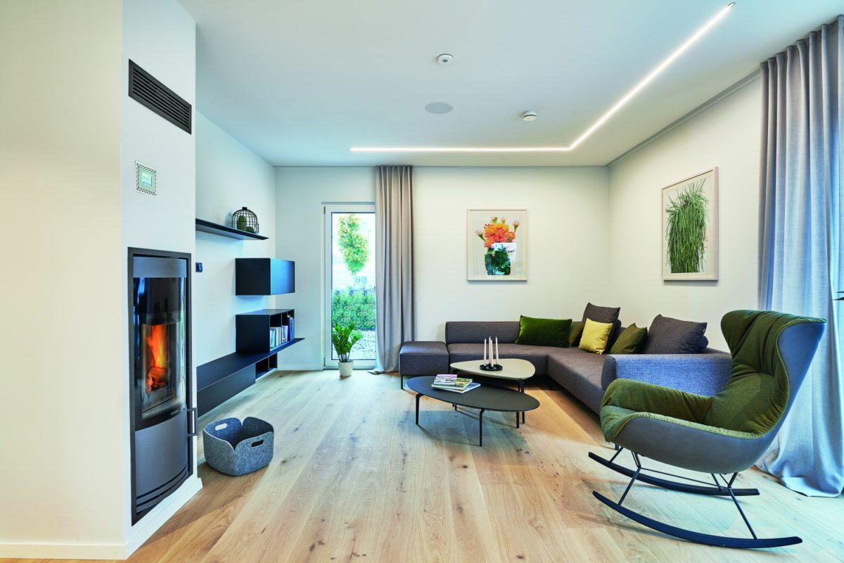 Musterhaus RELAX - Eine Ansicht eines mit Möbeln gefüllten Wohnzimmers und eines Flachbildfernsehers - Interior Design Services