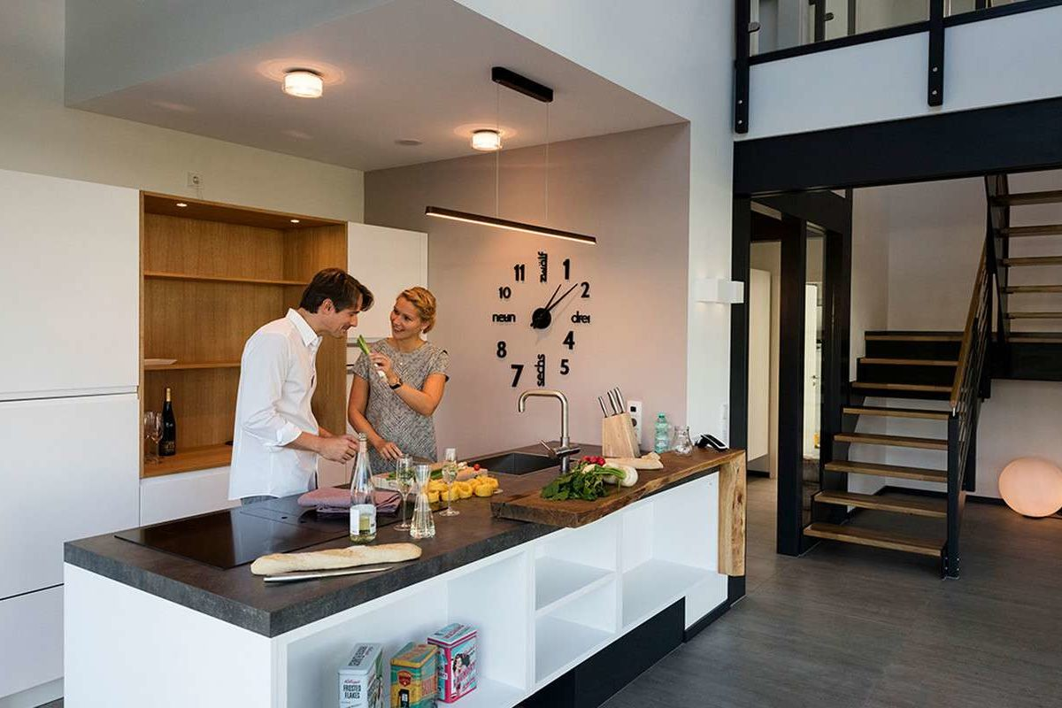 Musterhaus Günzburg - Eine Person, die auf einer Küchentheke steht - Haus