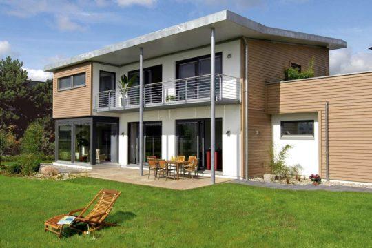 Modernes Z-Dach - Eine große Wiese vor einem Haus - Haus
