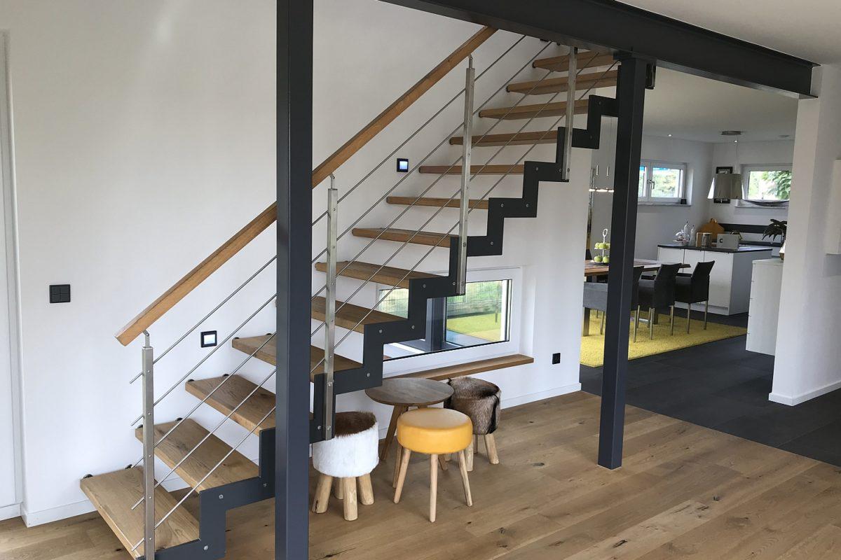 Musterhaus Köln - Ein Raum mit Möbeln und einem Tisch - Interior Design Services