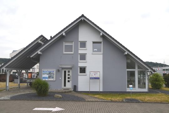 Automatisch gespeicherter Entwurf - Ein kleines haus im hintergrund - Schäfer Fertighaus GmbH & Co. KG