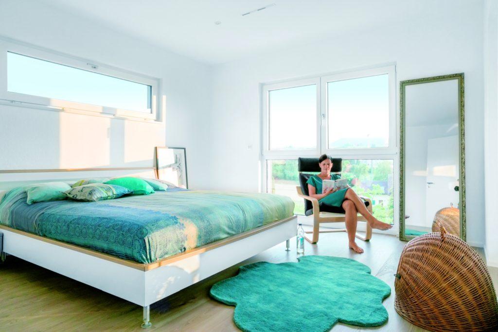 Fenster: Offen für Licht & Luft - Ein Schlafzimmer mit einem Bett und einem Fenster - Bettrahmen