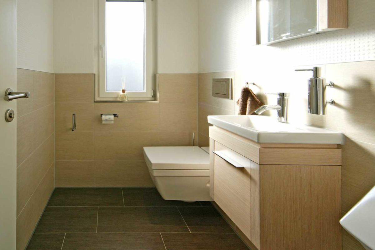 Musterhaus Villingen-Schwenningen - Ein weißes Waschbecken sitzt unter einem Fenster - Villingen-Schwenningen