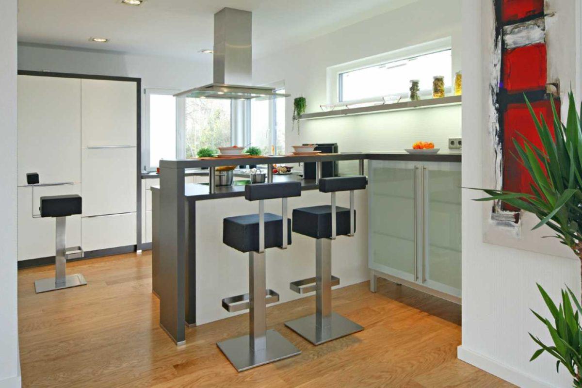Musterhaus Villingen-Schwenningen - Ein Wohnzimmer mit Möbeln und einem großen Fenster - Küche