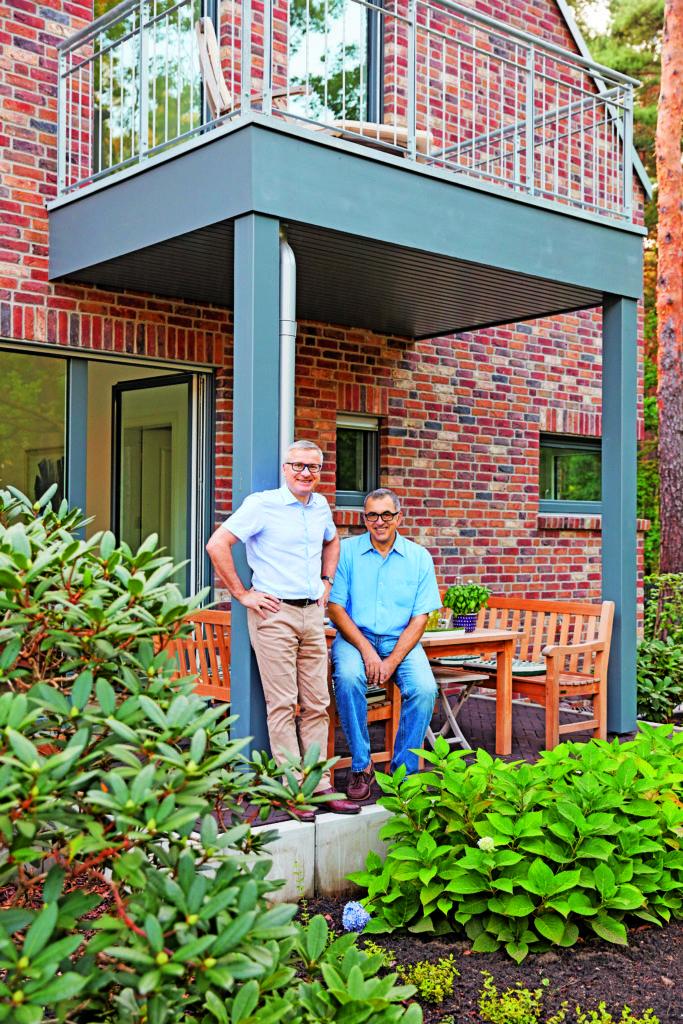 Außen Landhaus, innen Bauhaus - Eine Gruppe von Menschen, die in einem Garten stehen - Veranda
