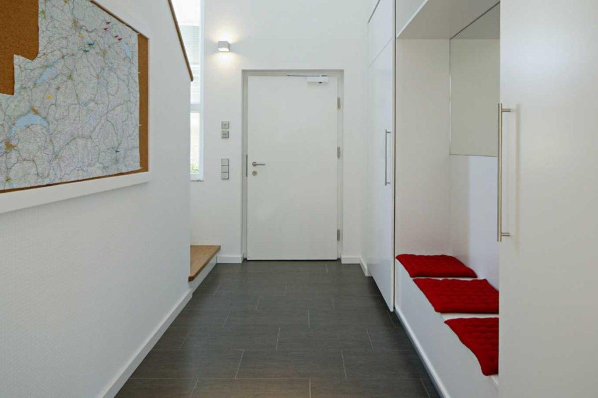 Musterhaus Villingen-Schwenningen - Ein weißer Kühlschrank mit Gefrierfach sitzt in einem Gebäude - Villingen-Schwenningen