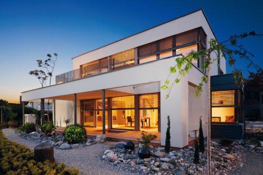 Automatisch gespeicherter Entwurf - Ein Haus, das ein Schild an der Seite eines Gebäudes hat - Haus