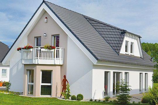 Automatisch gespeicherter Entwurf - Eine große Wiese vor einem Haus - allkauf haus - Musterhaus Dölzig