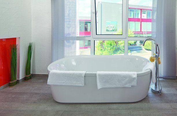 Prestige 3 - Eine große weiße Wanne sitzt neben einem Fenster - Einfamilienhaus