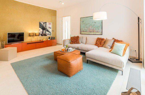 Automatisch gespeicherter Entwurf - Ein Wohnzimmer mit Möbeln und einem Flachbildfernseher - Grundeigentum