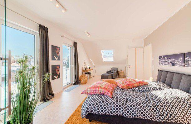 Automatisch gespeicherter Entwurf - Ein Schlafzimmer mit einem großen Bett in einem Raum - Grundeigentum