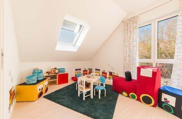 Musterhaus Estenfeld - Ein Wohnzimmer mit Möbeln und einem Fenster - Haus