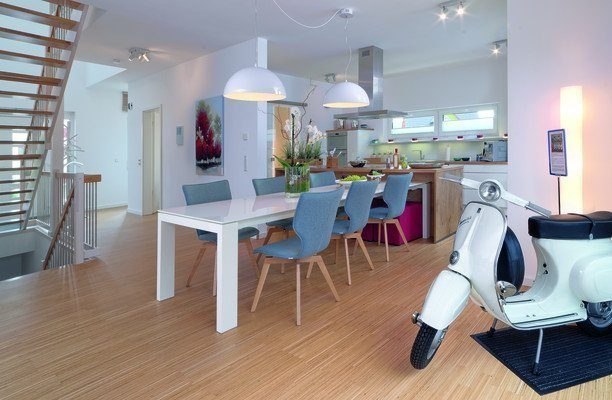 Prestige 3 - Ein Schreibtisch mit einem Computer und einem Stuhl in einem Raum - Mülheim