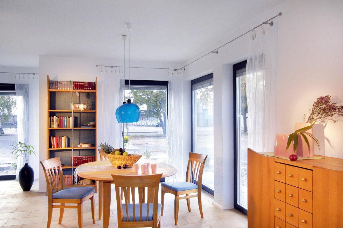 Musterhaus Offenburg - Ein Esstisch vor einem Fenster - SchworerHaus KG