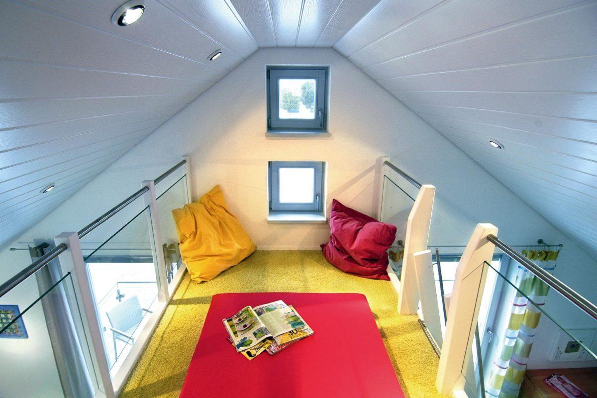Musterhaus Offenburg - Ein Schlafzimmer mit einem Bett und einem Tisch - SchworerHaus KG