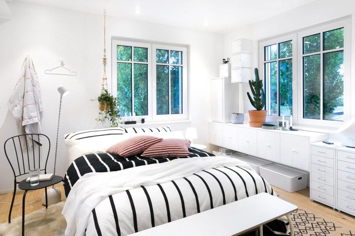 Green Living Space - Ein Schlafzimmer mit einem großen Fenster - Schlafzimmer